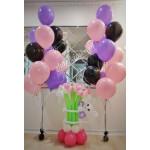 Кошечка в цветах и с фонтанами из шаров
